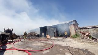 Silivri'de mangal kömürü üretilen iş yerinde çıkan yangın söndürüldü