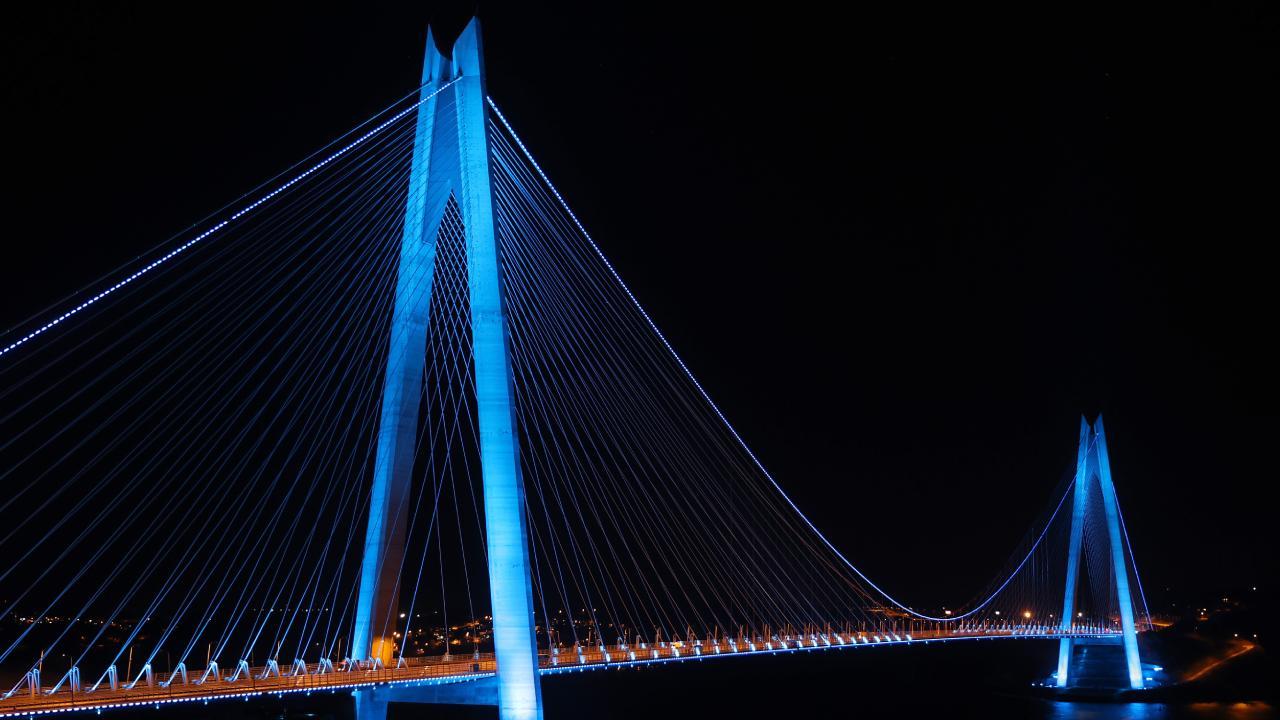 İstanbul'un köprüleri maviye büründü