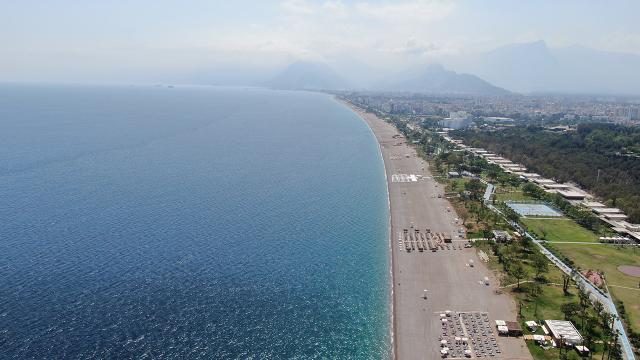 Antalyada sahiller turistlere kaldı