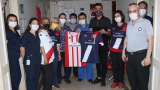 Antalyaspor'dan polis ve sağlık çalışanlarına forma hediyesi