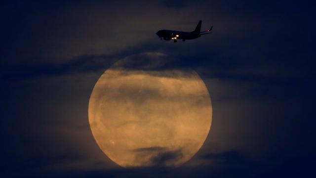 Süper Ayı havadan izletecek uçağın biletleri yok sattı
