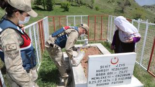 Erzurum'da Mehmetçik Hadice anneyi şehit oğlunun mezarına götürdü