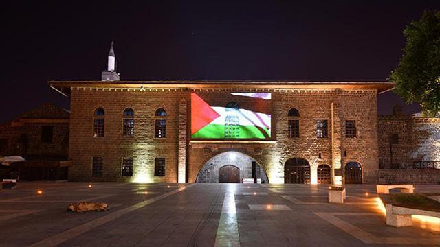 Diyarbakırda tarihi yapılara Filistin bayrağı yansıtıldı