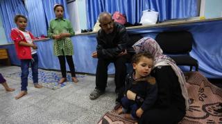Gazze bombardıman altında: Filistinli aileler okullara sığındı