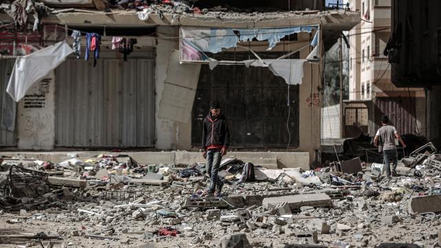 İsrailin Gazze saldırıları: Yıkılan evlerin enkazından 5 çocuk sağ çıkarıldı