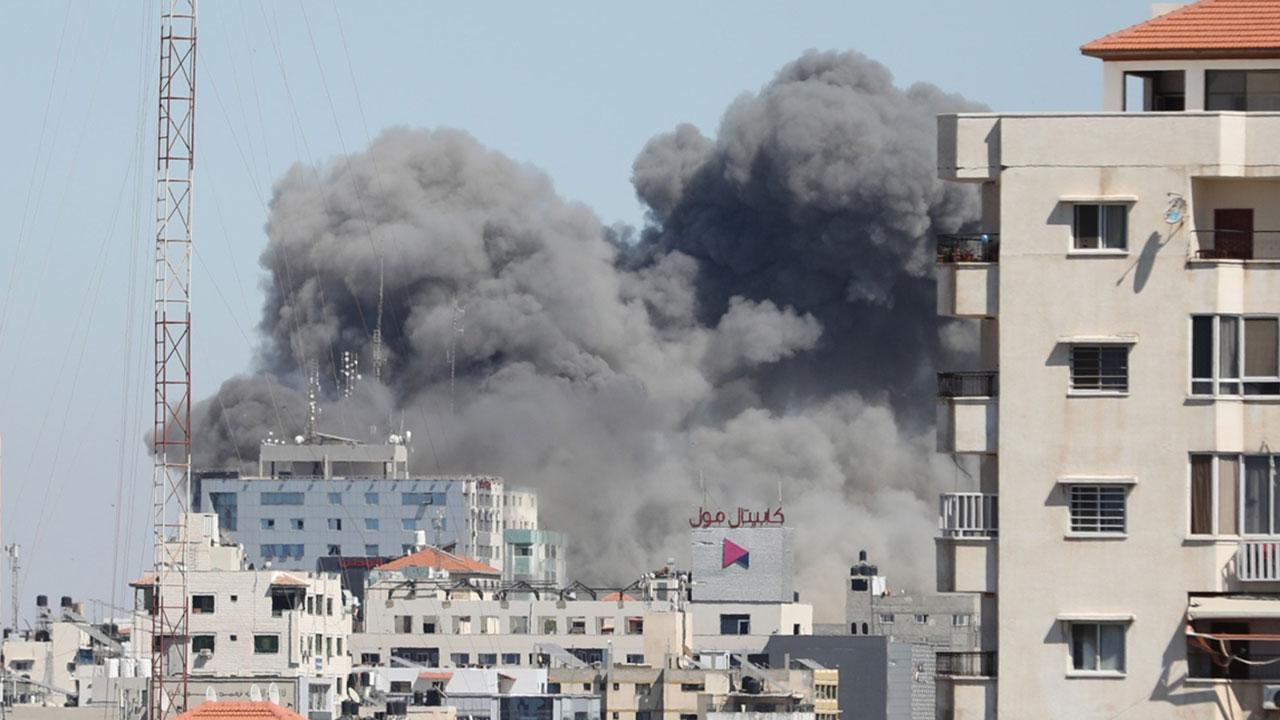 İsrail medya kuruluşlarının binasını vurdu