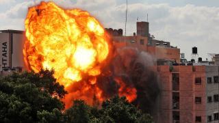 İsrail savaş uçakları Gazze Şeridi'ne bomba yağdırdı