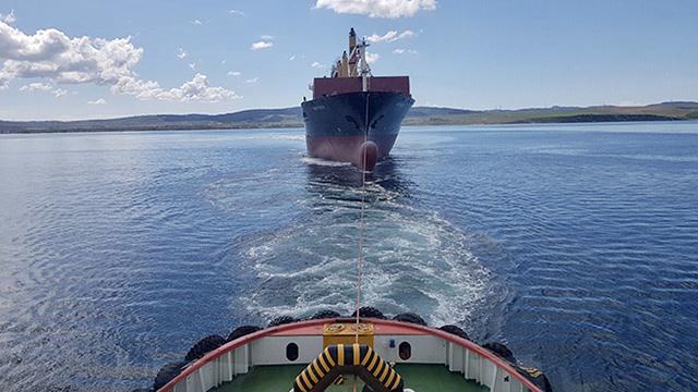 Çanakkale Boğazında arızalanan gemi güvenli bölgeye çekildi