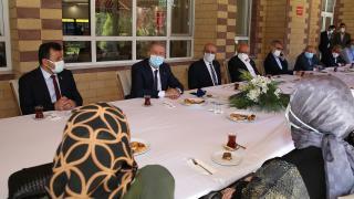 Bakan Akar, şehit aileleri ile bayramlaştı