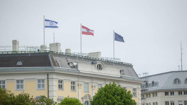 """Siyasilerden Avusturya Başbakanına """"İsrail bayrağı"""" tepkisi"""