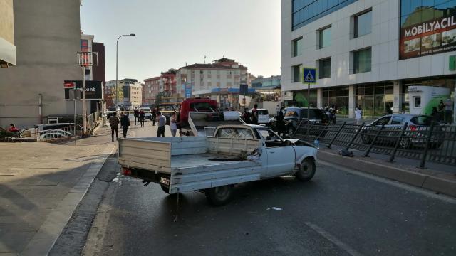 İstanbulda pikap, otobüs durağına çarptı: 2si çocuk 4 yaralı