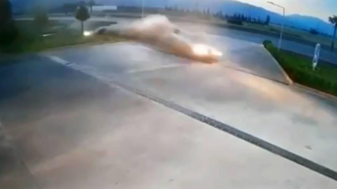 Kontrolden çıkan otomobil akaryakıt istasyonuna daldı