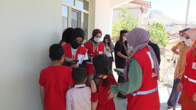 Elazığda Kızılay ekipleri çocuklara bayram harçlığı ve hediye dağıttı