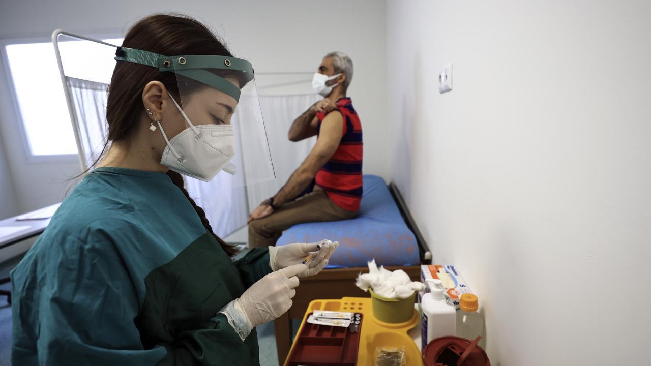 Sağlık çalışanlarının eşleri aşılanıyor
