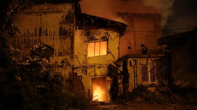 Adanada metruk binada çıkan yangın korkuttu