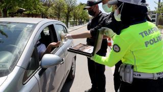 Ankara'da polis ekipleri, belgelerini inceledikleri sürücü ve yolculara çikolata ikram etti