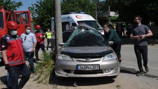 Sakarya'da elektrik direğine çarpan otomobildeki iki kişi yaralandı