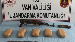 Van'da 3 kilo eroin ile silah ele geçirildi