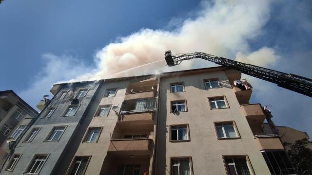 Pendikte bir binanın çatısında çıkan yangın söndürüldü
