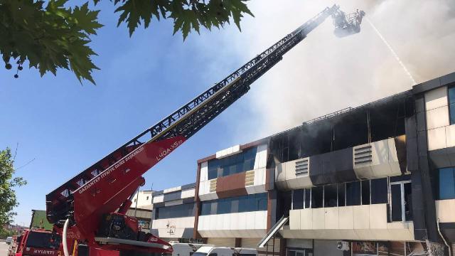 Gaziantepte ayakkabı ve terlik üretilen fabrikada yangın