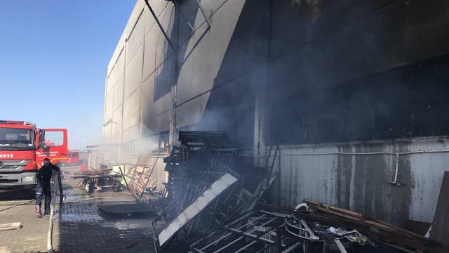 Manisada mobilya fabrikasında yangın: 2 yaralı