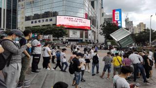 Çin'in en yüksek gökdelenlerinden biri sallanınca panik yaşandı