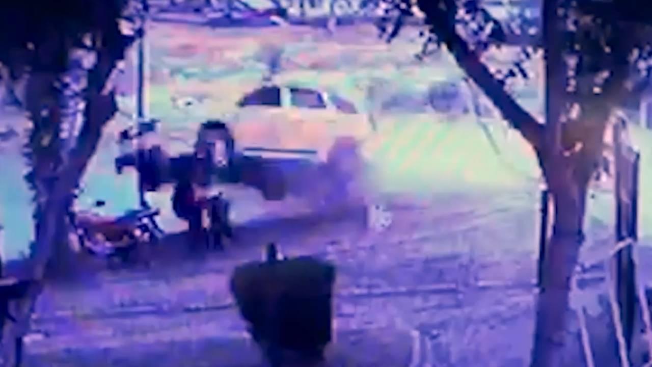 2 kişiye çarpan taksi Seyhan Nehri'ne düştü