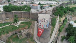 Diyarbakırlı sporculardan tarihi surlarda 'ay yıldız' koreografisi