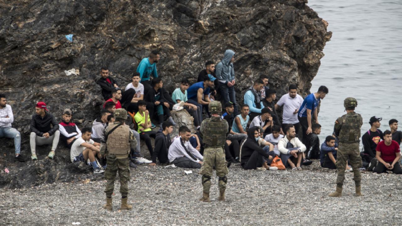 Yüzlerce göçmen yüzerek kıyıya ulaştı
