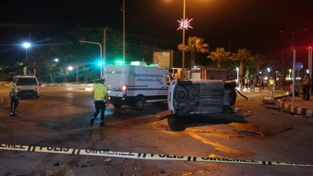 Manisada iki otomobil çarpıştı: 1 ölü, 2 yaralı