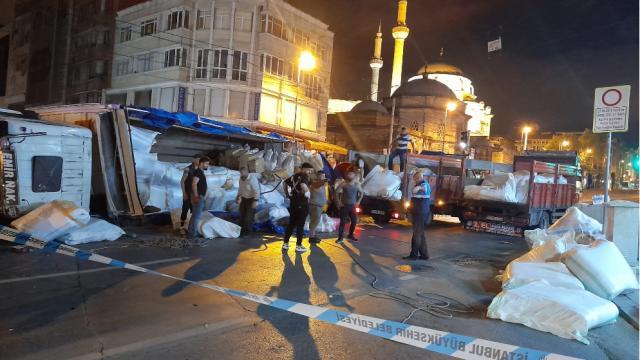 İstanbulda kumaş yüklü kamyon devrildi: 1 yaralı