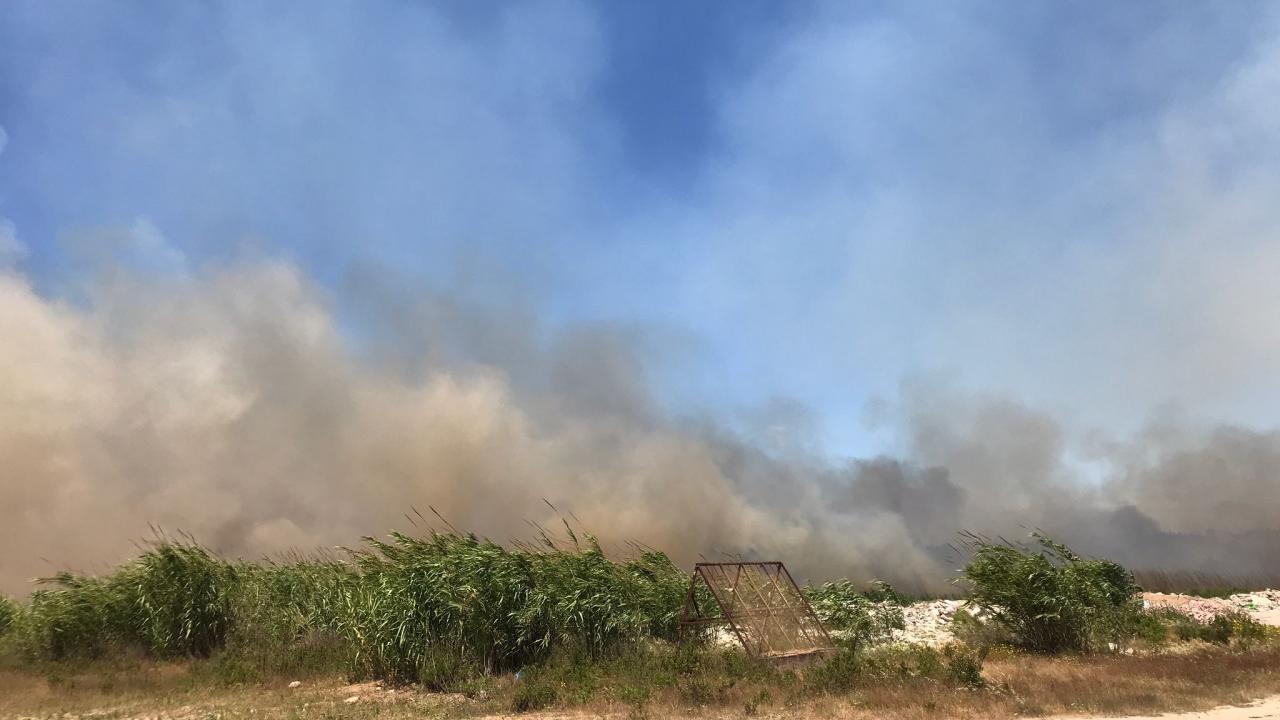 Ermenek Mahallesi`ndeki sazlık alanda henüz belirlenemeyen nedenle yangın başladı.