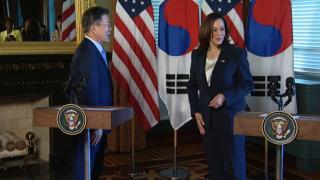ABD Başkan Yardımcısı Harris, Güney Kore lideriyle tokalaştıktan sonra elini sildi