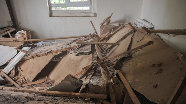 Evin tavanı çöktü, anne ile 6 çocuğu ölümden döndü