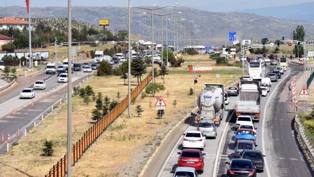 Kırıkkalede hafta sonu kısıtlamasının ardından trafik yoğunluğu yaşanıyor
