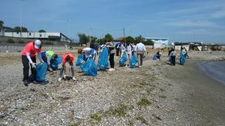Bursa'da çevre mühendisliğii öğrencileri Mudanya sahilinde kıyı temizliği yaptı