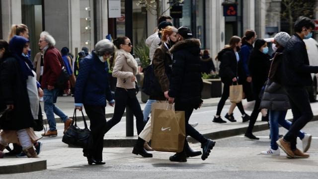 İngilterede vakalar bir haftada yüzde 74 arttı