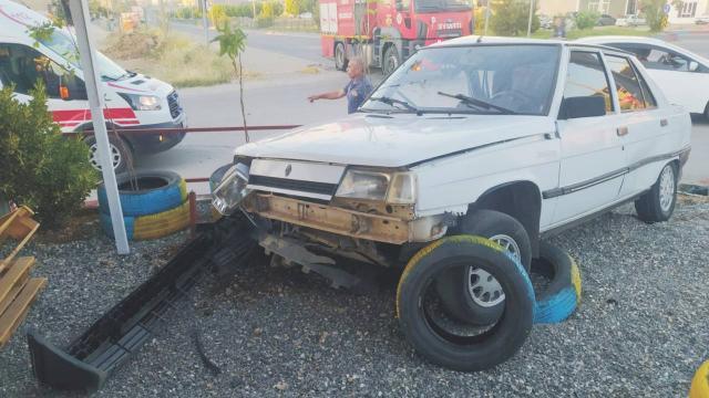 Hafif ticari araç ile otomobil çarpıştı: 9 yaralı