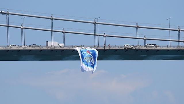 Anadolu Efesin bayrakları köprülere asıldı
