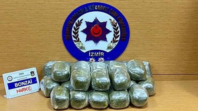 İzmirde durdurulan araçta 26 kilo 140 gram uyuşturucu ele geçirildi