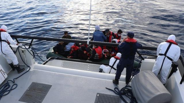 Türk kara sularına itilen 17 düzensiz göçmen kurtarıldı