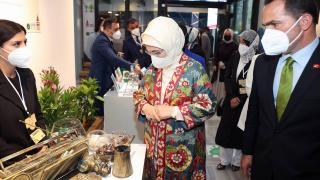 Beyoğlu'ndaki sergiyi gezen Emine Erdoğan dönüştürülen ürünleri inceledi