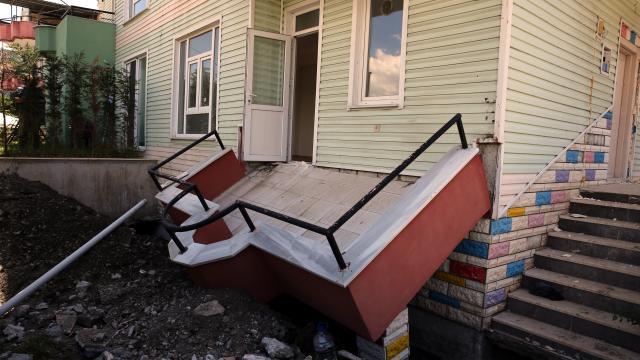 Tokatta çöken balkonun altında kalan işçi yaralandı