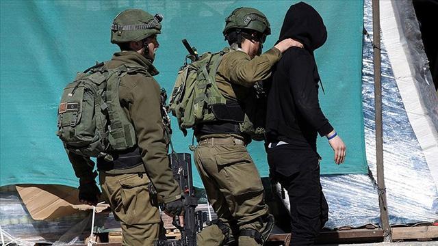 İsrail askerleri Batı Şeriada top oynayan 3 çocuğu gözaltına aldı