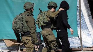İsrail askerleri Batı Şeria'da top oynayan 3 çocuğu gözaltına aldı