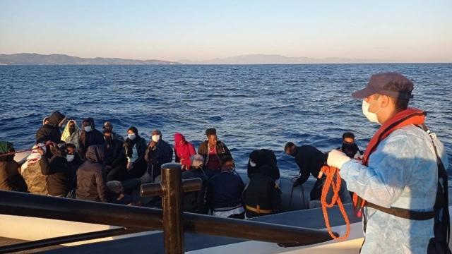 Türk kara sularına itilen 131 düzensiz göçmen kurtarıldı