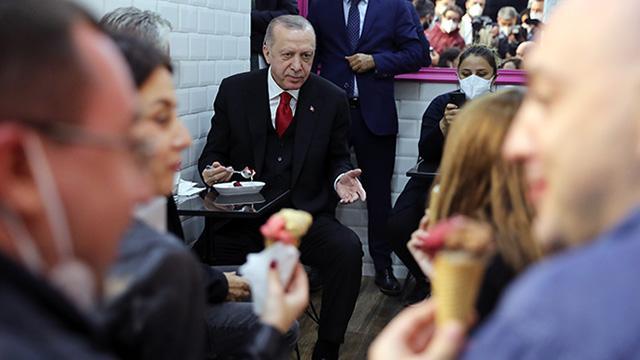 Cumhurbaşkanı Erdoğan vatandaşlarla dondurma yedi, sohbet etti