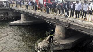 Bayburt'ta nehirde mahsur kalan köpeği itfaiye ekipleri kurtardı