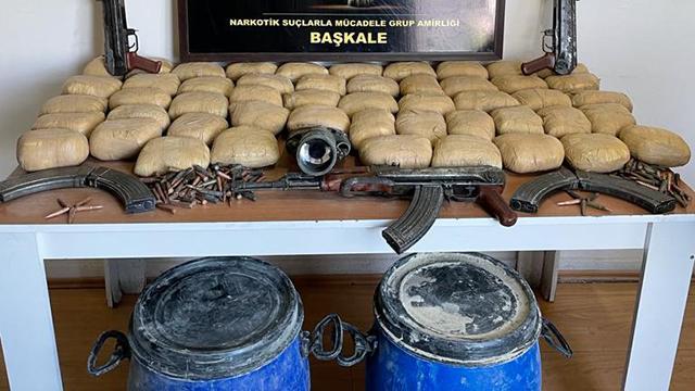 Vanda araziye gizlenmiş silah ve uyuşturucu madde bulundu