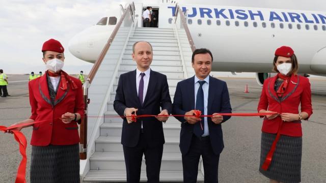 THYnin İstanbul-Fergana seferini yapan ilk tarifeli uçağı Özbekistanda törenle karşılandı